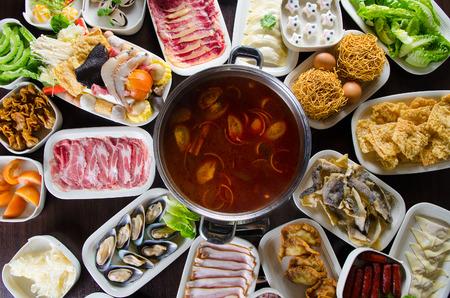calor: Sopa de olla caliente picante con gran variedad de ingredientes Foto de archivo