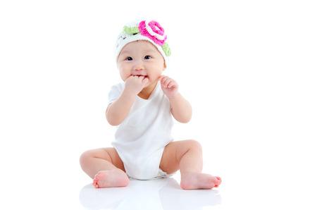 bebe sentado: Retrato de la cubierta de bebé precioso asiático sentado en el suelo