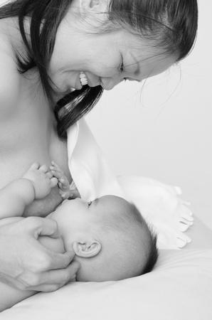 amamantando: foto en blanco y negro de madre asi�tica que amamanta a su beb� de tres meses de edad