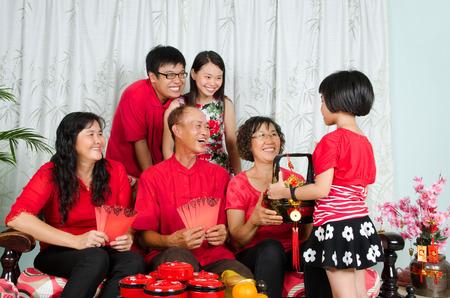 Asian drei Generationen der chinesischen Neujahr Familie zu feiern Standard-Bild - 50457067