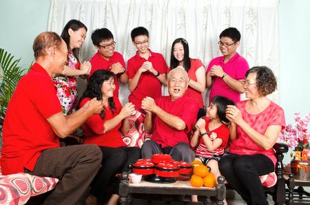 Asian drei Generationen der chinesischen Neujahr Familie zu feiern Standard-Bild - 50457073