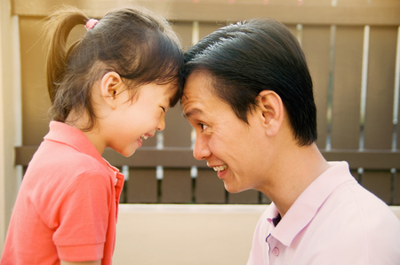 padre e hija: Padre asiático e hija Foto de archivo