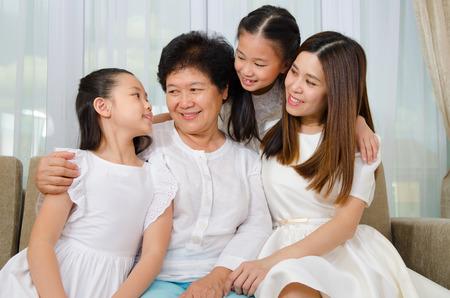Asiatische ältere Frau und ihre Tochter und Enkelinnen Standard-Bild - 50946498