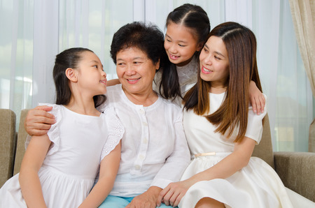 Asian senior woman and her daughter and granddaughters Stockfoto