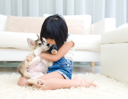 Lovely asian girl kiss her puppy Banque d'images