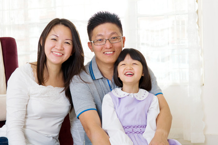 Retrato de interior de la familia asiática en la sala de estar photo