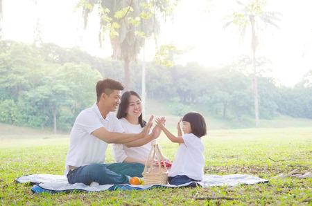 Azjatyckie rodziny korzystających z natury na świeżym powietrzu Zdjęcie Seryjne