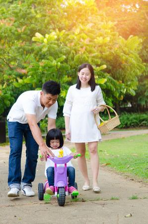 Familia asiática disfrutar de la naturaleza al aire libre en el parque