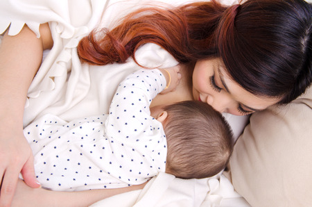 Seis meses de edad bebé bebiendo la leche materna