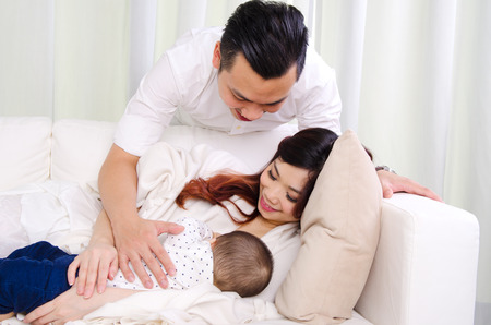 Sechs Monate alte Baby trinken Muttermilch Standard-Bild - 57997095