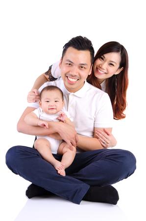 retrato indooor de la familia hermosa asiática