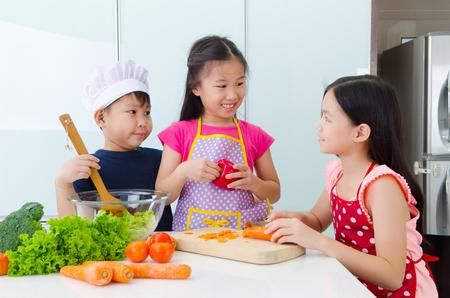 niños cocinando: joven chef