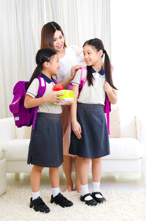 Asian mother get her daughters ready to school Stockfoto