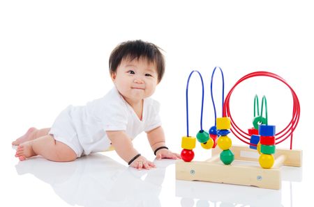 juguete del bebé que juega asiática encantadora