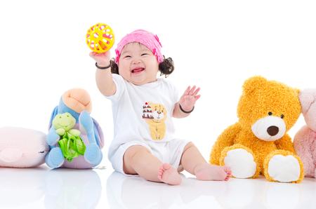 Asiatisk flicka som leker leksaker