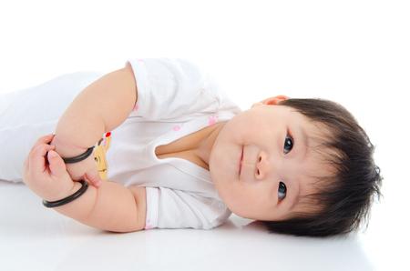Retrato de interior de un hermoso bebé asiático