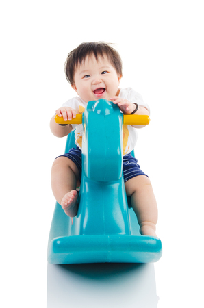 Bebé asiático que juega el juguete