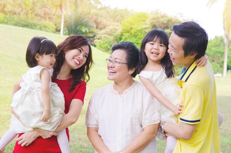 trois générations asiatiques famille profiter de la nature en plein air