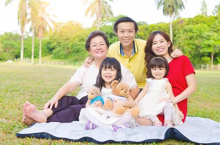 Outdoor portrait d'une belle asiatique trois générations la famille