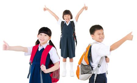 아시아 초등학교 학생의 그룹은 자신의 엄지 손가락을 제기