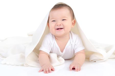쾌활 한 아시아 아기의 실내 초상화