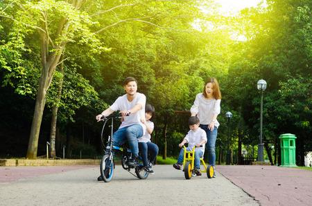 Familia asiática disfrutó de la naturaleza al aire libre en el parque Foto de archivo