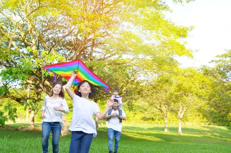Famiglia asiatica divertendosi nel parco Archivio Fotografico