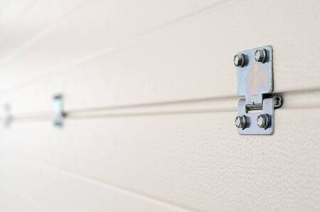 Weiße Garagentürpaneele von innen mit Anschlüssen Standard-Bild - 89185758