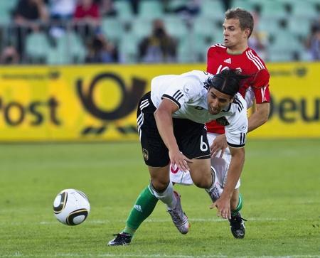 Koman húngaro (R) es commiting una falta contra el alemán Khedira (L) durante Alemania vs Hungría partido amistoso en el estadio Ferenc Puskas, 29 de mayo de 2010 en Budapest, Hungría.   Foto de archivo - 8558762