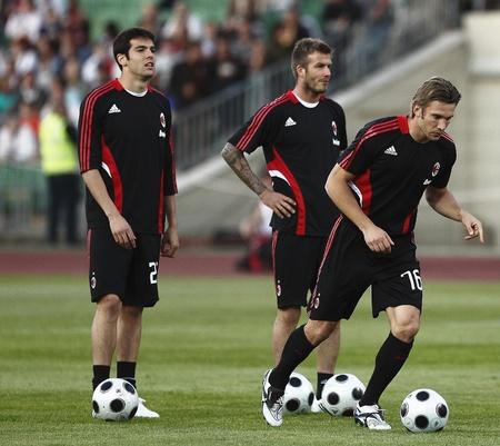 カカ (L)、ベッカム (M) Sevchenko (R) のミラノ AC ミラン対ハンガリー リーグ チームのフレンドリー フットボール前に、のと一致してプスカシ