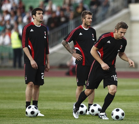 milánó: Kaka (L), Beckham (M) and Sevchenko (R) of Milan before Hungarian League Team vs. AC Milan friendly football match at Puskas Ferenc Stadium on 22th April 2009, in Budapest, Hungary
