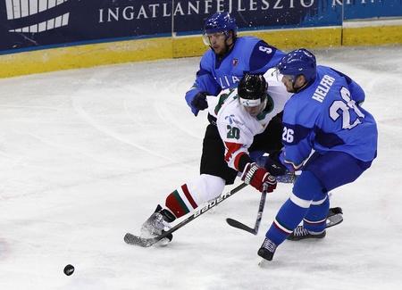 ブダペスト - 4 月 23 日: イタリアのアーミン ヘルファー (26) とアーミンの間ハンガリー Sofron ホーファー (9) ハンガリー対イタリア (3:4) IIHF 分裂の 報道画像