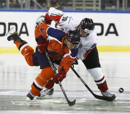 ブダペスト - 4 月 17 日: ハンガリー M 決闘 rton の Vas (R) とオランダの Kevin Bruijsten ハンガリー対オランダ (7:3) IIHF 分裂の間に私はA 世界選手権 2011  報道画像