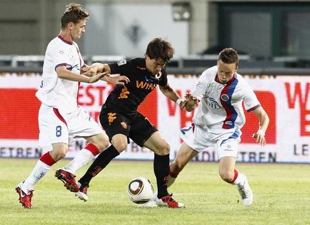vasas: BUDAPEST - AUGUST 3: Krkic of Roma between Bakos (L) and Makadji of Vasas during Vasas vs. AS Roma (0:1) friendly game at Puskas Stadium on August 3, 2011 in Budapest, Hungary.