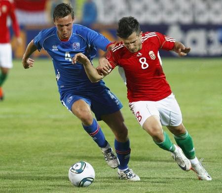 ブダペスト - 8 月 10 日: ハンガリー ルドルフ (R) とアイスランド ヨーンソン ハンガリー対アイスランド (4:0) フレンドリーでゲーム中にプシュカ  報道画像