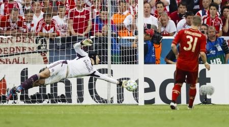 ミュンヘン、5 月 19 日 - チェルシー チェフ (L) を保存します Bayerns の Schweinsteiger のペナルティ シュート FC バイエルン ミュンヘン対チェルシー FC UEF