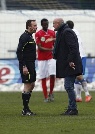 ブダペスト - 3 月 30 日: イタリアのコーチ ジョルト ・ ・ サボー MTK ブダペスト - ブダペスト、ハンガリーで 2013 年 3 月 30 日・指導者競技場でブダ