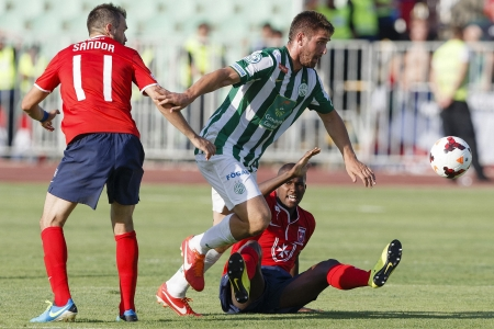 puskas: BUDAPEST - AUGUST 4  Daniel Bode of FTC  M  between Gyorgy Sandor  L  and Paulo Vinicius of Videoton during FTC vs  Videoton OTP Bank League football match at Puskas Stadium on August 4, 2013 in Budapest, Hungary