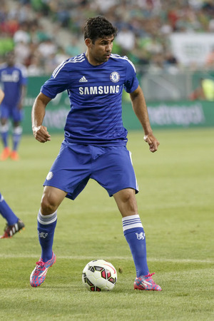 BUDAPESTE, HUNGRIA - 10 agosto de 2014: Diego Costa, do Chelsea durante Ferencvaros vs Chelsea abertura est