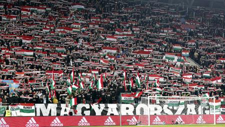 ブダペスト、ハンガリー - 2015 年 11 月 15 日: ハンガリーのファンはハンガリー対ノルウェー UEFA Euro 2016 予選プレーオフ サッカー パマ アリーナで試 報道画像