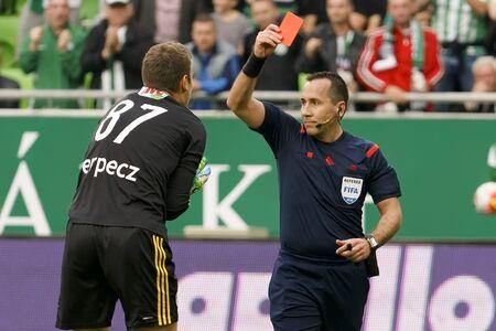 BUDAPEST, HUNGRÍA - 13 DE ABRIL DE 2016: Árbitro Ferenc Karako muestra la tarjeta roja para Istvan Verpecz de DVSC durante Ferencvaros - DVSC Copa de Hungría partido de semifinales de fútbol en Groupama Arena.