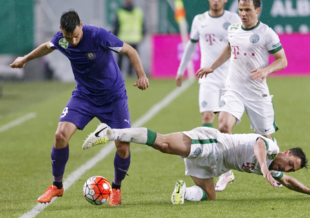BUDAPEST, HUNGARY - APRIL 23, 2016: Leandro De Almeida of Ferencvaros (r) in front of Tamas Hajnal fights for the ball with Nemanja Andric (r) of Ujpest during Ferencvaros - Ujpest OTP Bank League football match at Groupama Arena. Sajtókép