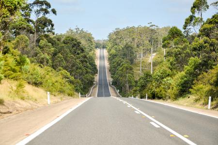 una lunga strada in salita direttamente dal punto di vista del conducente Archivio Fotografico