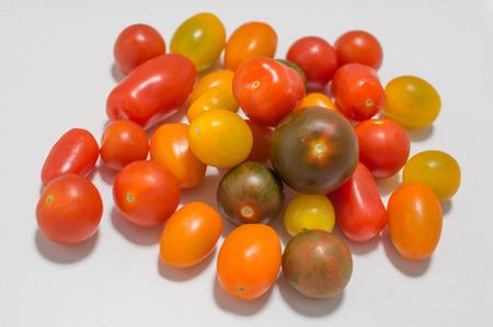 Différentes variétés de tomates cocktail de cerise sur un fond blanc