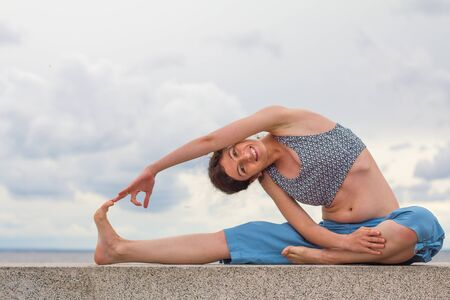 Young woman stretching outdoors Stock fotó - 17748639