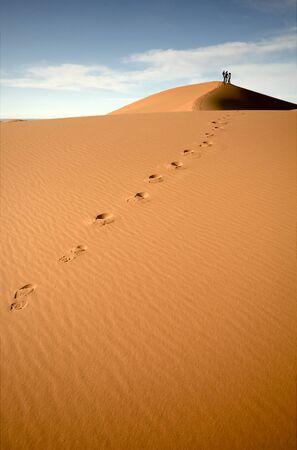 Gens dans les dunes du Sahara marocain