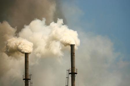 굴뚝에서 나오는 두꺼운 연기로 인한 대기 오염 스톡 콘텐츠