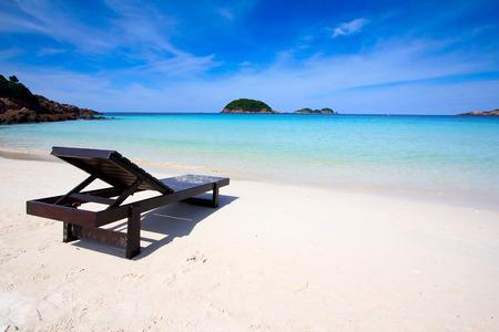 하얀 모래 해변에 갑판 의자