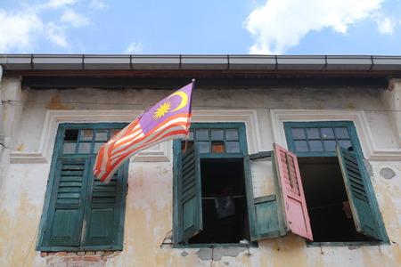 오래된 유산 건물 창에서 비행 말레이시아 플래그 스톡 콘텐츠
