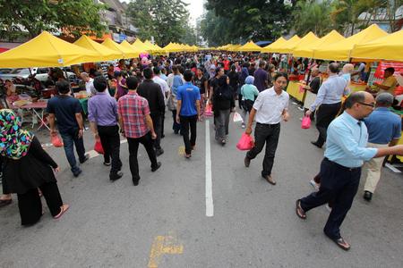 금식 달 중 ramadhan 바자에서 군중 에디토리얼